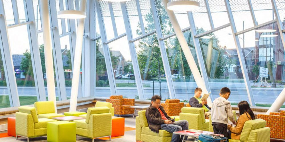 A fachada desta biblioteca reflete o pensamento inovador que acontece lá dentro